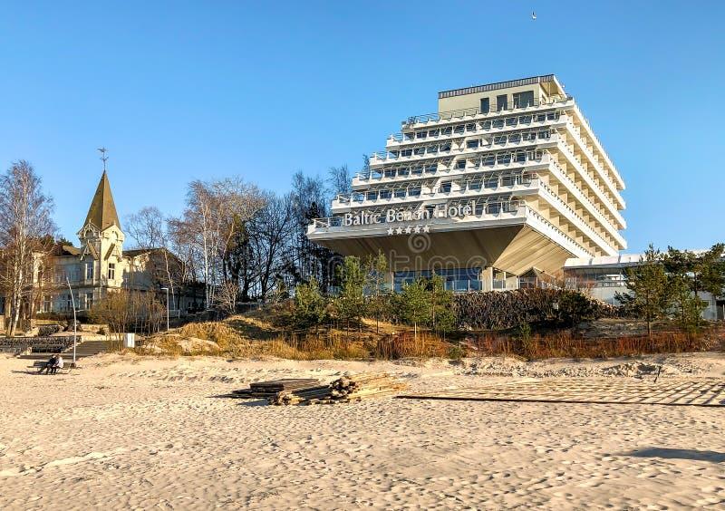 El hotel y el BALNEARIO bálticos de la playa es un balneario moderno, situado en el golfo de Riga en la playa de Jurmala, Letonia imagenes de archivo