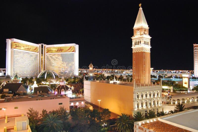 El hotel y el casino, volcán del espejismo, el veneciano, señal, ciudad, noche, zona metropolitana del espejismo imagen de archivo libre de regalías