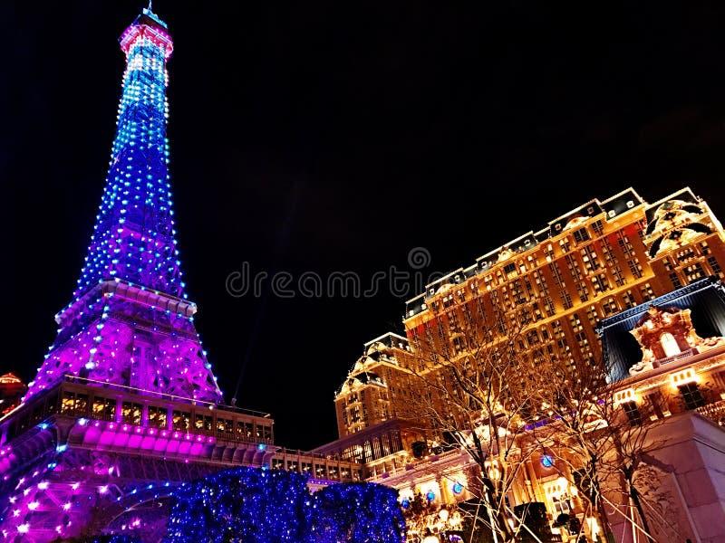 El hotel y la torre Eiffel parisienses en la noche