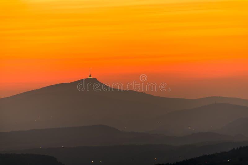 El hotel y el transmisor de la montaña bromearon, puesta del sol fotografía de archivo