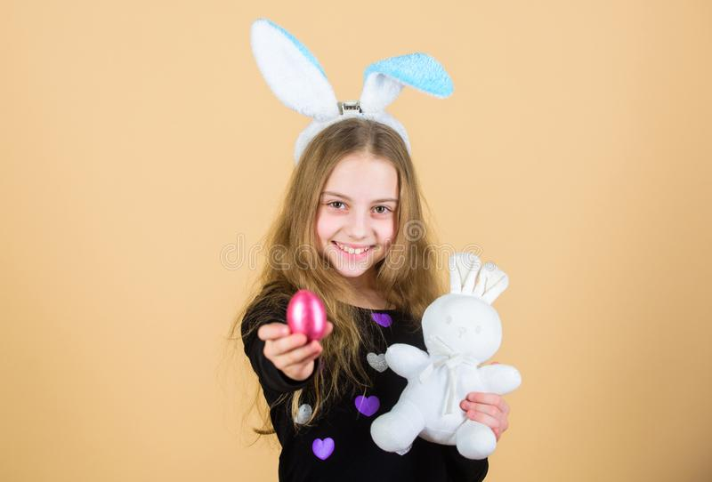 El huevo de Pascua caza como parte de festival Origen del conejito de pascua Símbolos y tradiciones de Pascua Niño juguetón con e foto de archivo libre de regalías