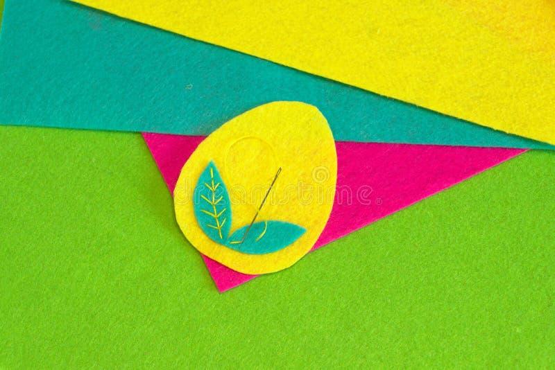 El huevo de Pascua modela artes Cómo coser el ornamento del huevo de Pascua Artes de costura fáciles step Pedazos coloridos del f imágenes de archivo libres de regalías