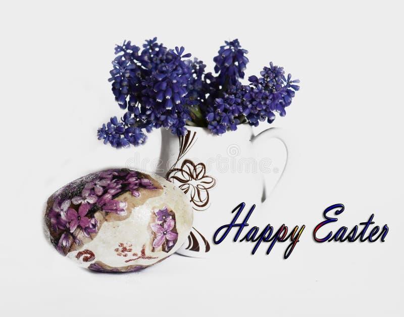 El huevo de Pascua y la primavera agradable florecen en un florero blanco fotos de archivo