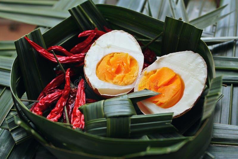 El huevo hervido en el coco sale de la cesta imágenes de archivo libres de regalías