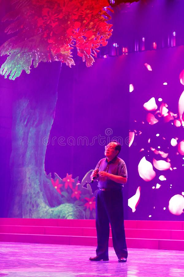 El huijianxin masculino del cantante canta en la etapa ultravioleta, imagen del srgb imagen de archivo libre de regalías