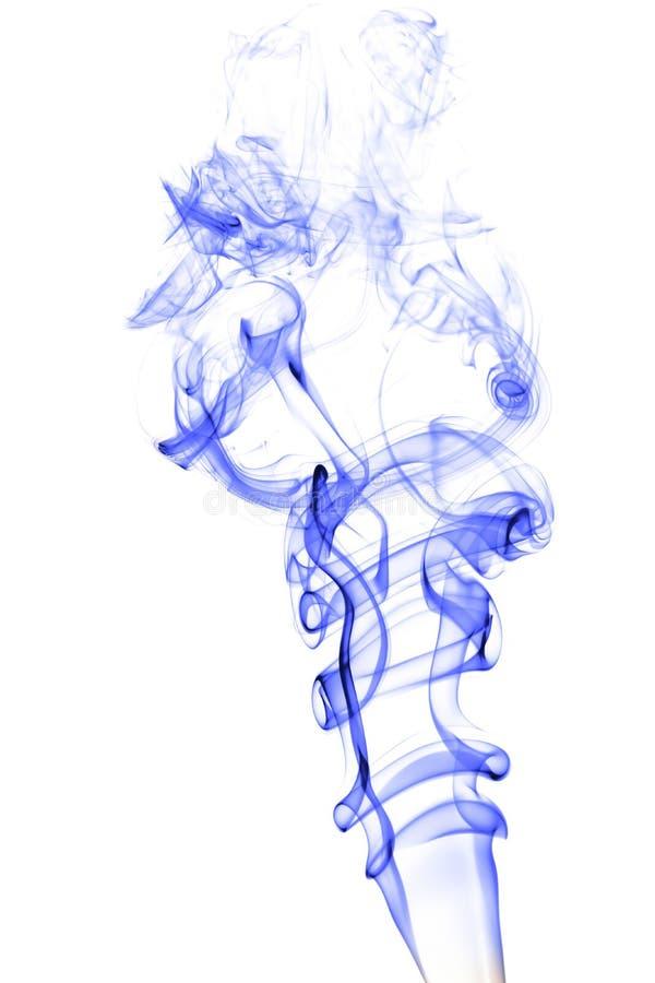 El humo azul en el fondo blanco, texturiza el extracto imagenes de archivo