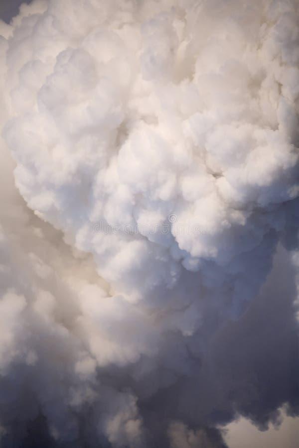 El humo del chimne imagen de archivo