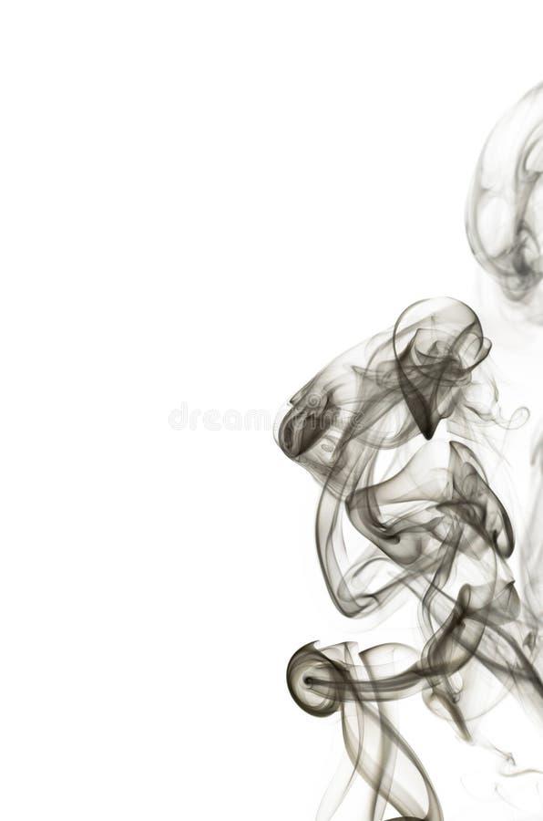 El humo negro abstracto remolina sobre el fondo blanco imagen de archivo