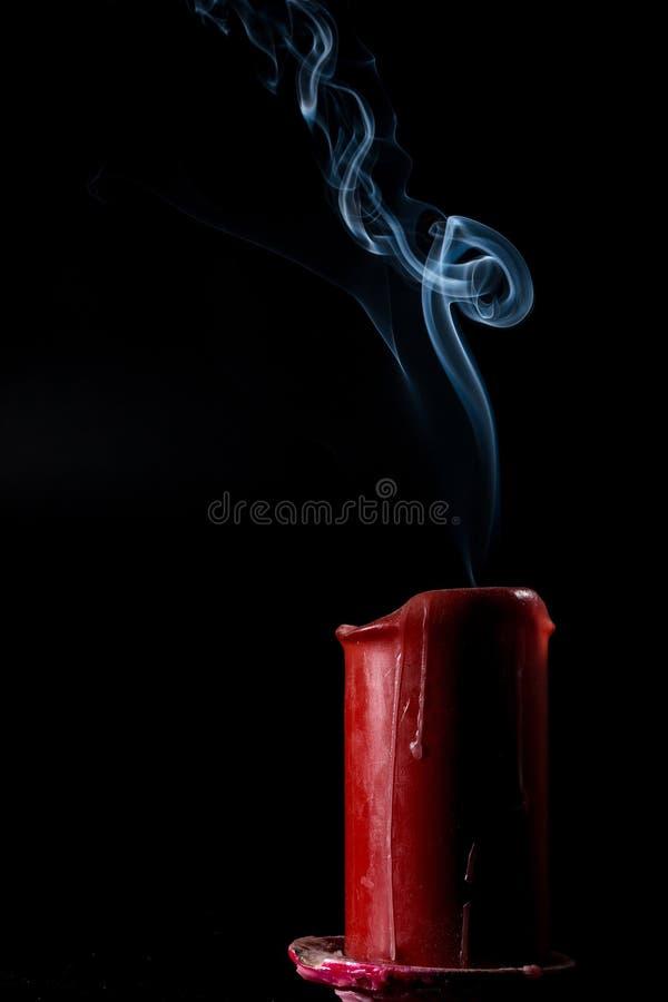 El humo va para arriba de la vela extinta foto de archivo
