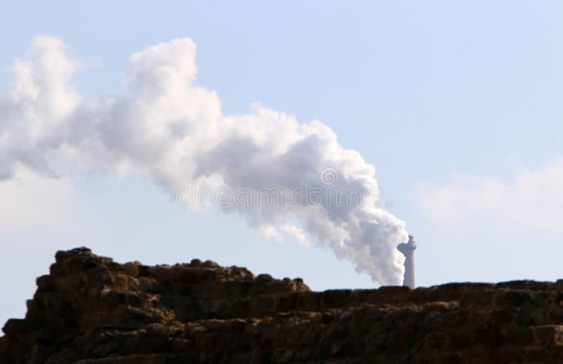 El humo viene del tubo fotografía de archivo