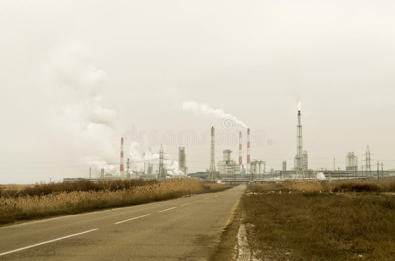 El humo y la contaminación de las industrias químicas de la ciudad, las industrias petroquímicas torch fotos de archivo