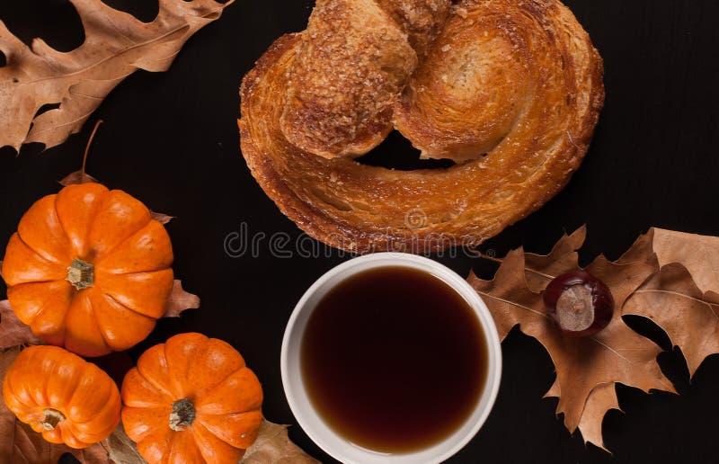 El humor del otoño, taza de té en la caída se va imagen de archivo libre de regalías