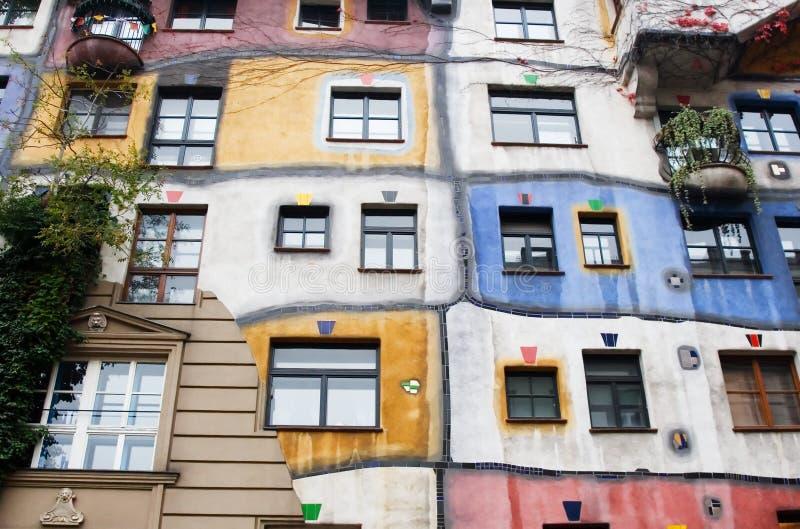 El Hundertwasserhaus es una casa de apartamento fotos de archivo