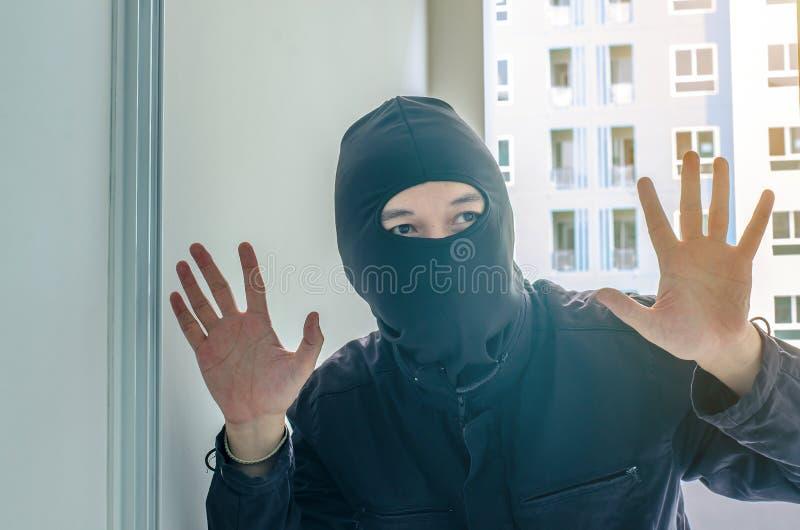 El hurto casero del robo del cuchillo se está rompiendo en un condominio imagen de archivo libre de regalías