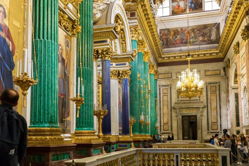 El iconostasio principal y la puerta real de la catedral del ` s del St Isaac imágenes de archivo libres de regalías