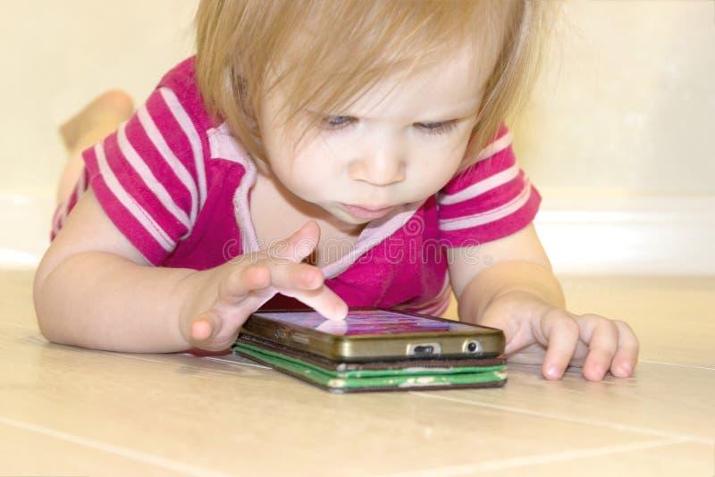 El impacto del uso de tecnologías modernas de los smartphones, tabletas, Internet en la educación en niñez temprana imagen de archivo