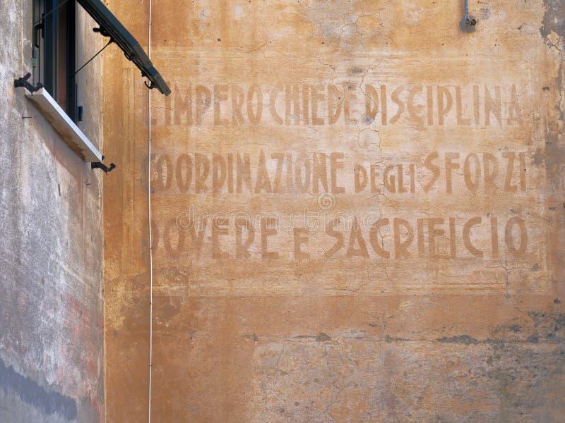 El imperio pide disciplina, la coordinación de fuerzas, el deber y el sacrificio - viejo lema en la datación de la pared al perío foto de archivo libre de regalías