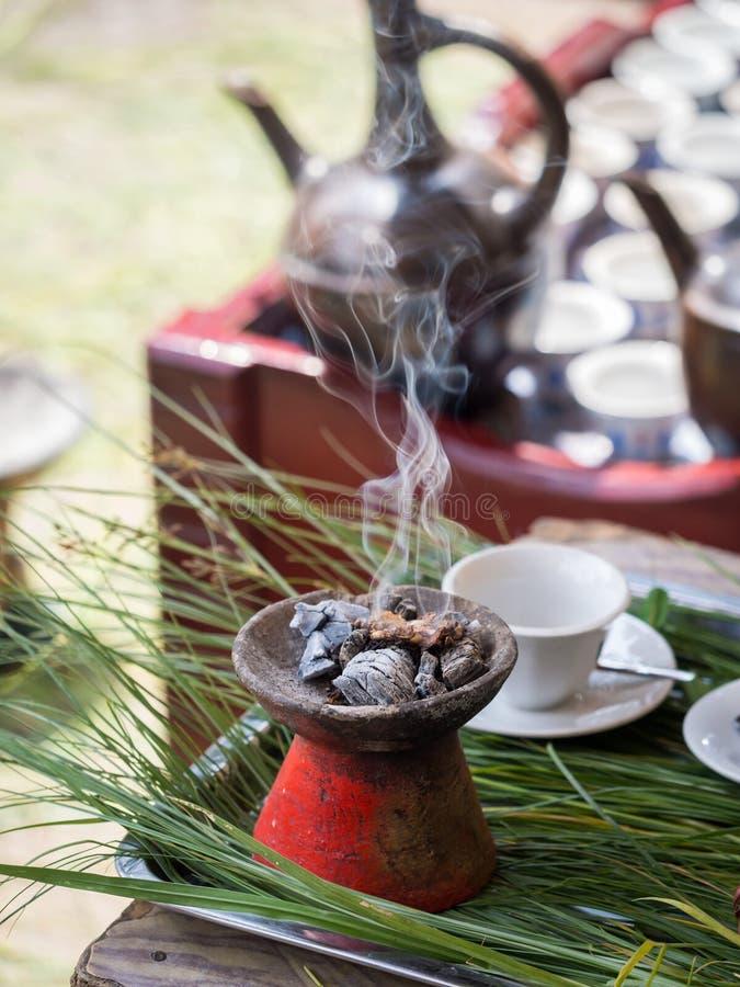 El incienso quemó durante la ceremonia etíope tradicional del café fotos de archivo libres de regalías