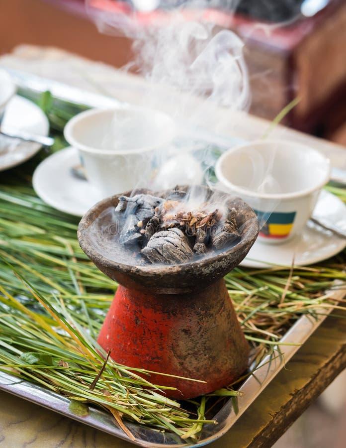 El incienso quemó durante la ceremonia etíope tradicional del café fotografía de archivo libre de regalías