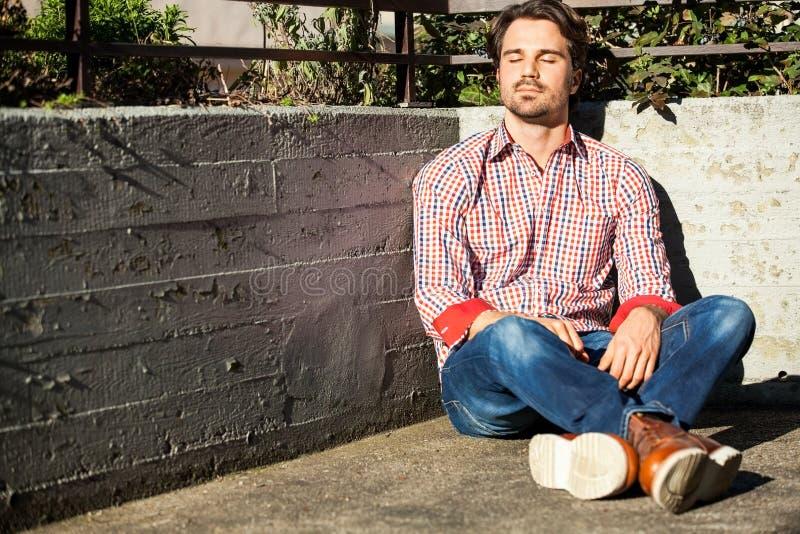 Download El Inclinarse Modelo Masculino Contra La Pared Foto de archivo - Imagen de pensamiento, confidente: 41912544