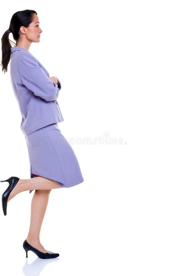 El inclinarse profesional atractivo de la mujer de negocios fotografía de archivo libre de regalías