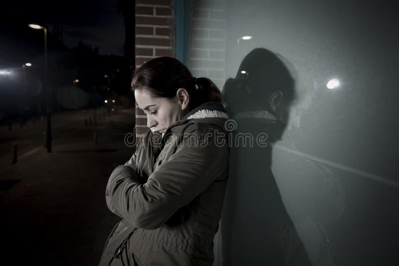 El inclinarse solo de la mujer triste en ventana de la calle en la depresión sufridora de la noche que llora en dolor foto de archivo libre de regalías