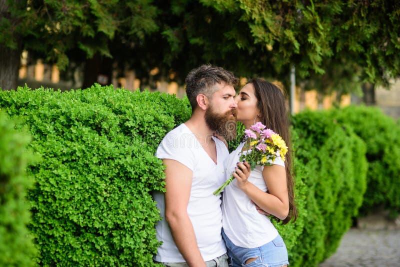 El inconformista barbudo del hombre abraza a la novia magnífica Fondo romántico del parque de naturaleza del paseo de la fecha de imágenes de archivo libres de regalías