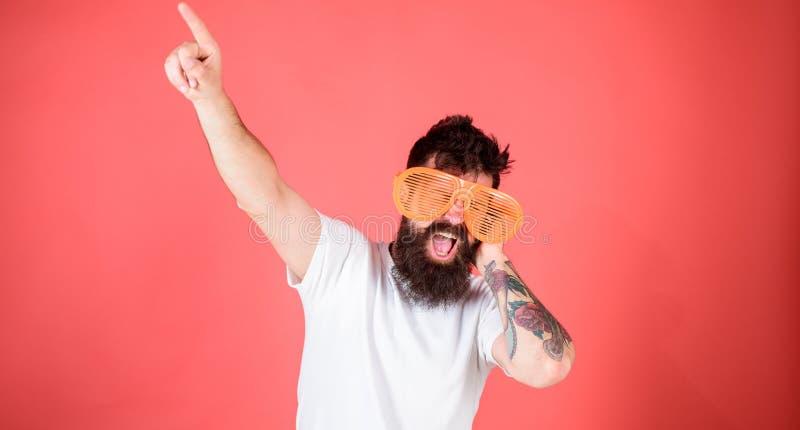 El inconformista barbudo del hombre lleva las gafas de sol louvered gigantes El accesorio de las gafas de sol da la sensación inc foto de archivo libre de regalías