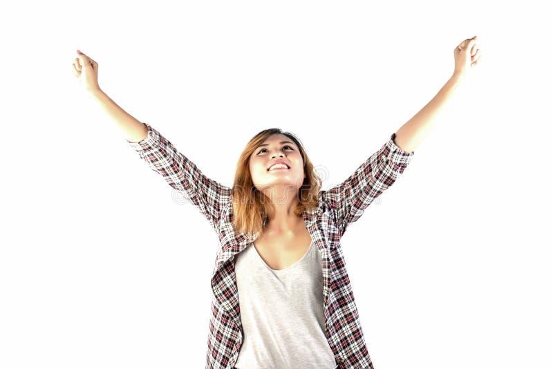 El inconformista feliz regocijó a la mujer con los brazos hacia fuera aumentados encima de aislado en w foto de archivo libre de regalías