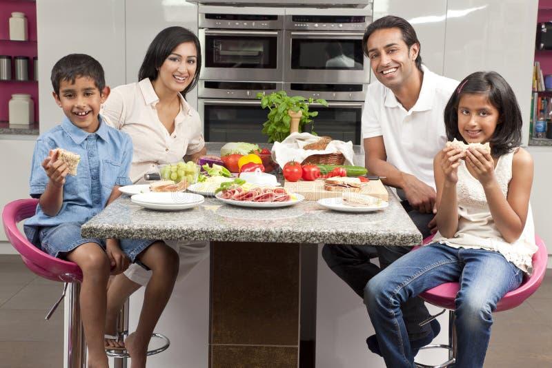 El indio asiático Parents a la familia de los niños que come la comida foto de archivo
