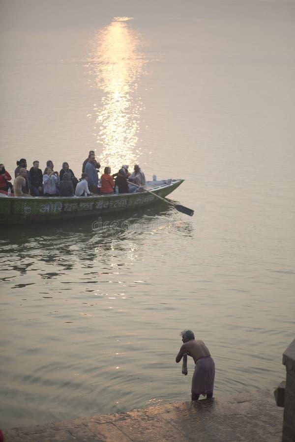 El indio se baña en el Ganges fotos de archivo
