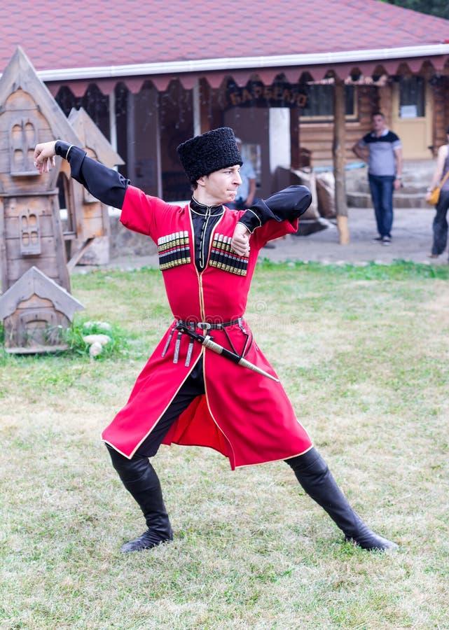 El individuo Adyg que baila a la persona del Cáucaso de la danza tradicional en el festival del queso de Adyghe en Adygea fotografía de archivo libre de regalías