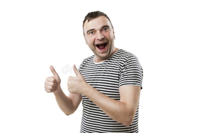 El individuo alto alegre da mostrar los pulgares encima de la muestra foto de archivo