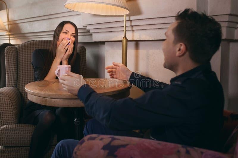 El individuo besa una opinión de la muchacha desde arriba imagenes de archivo