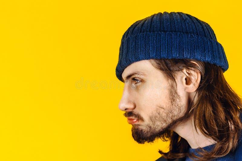 El individuo con la barba bebida imagen de archivo