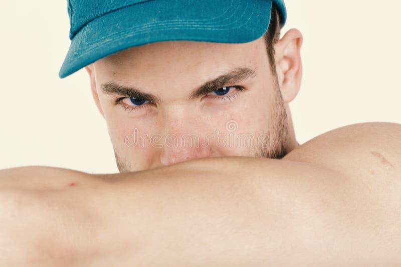 El individuo con la cerda y los ojos azules muestra los músculos Jugador con la cara confiada y atractiva, cierre para arriba fotos de archivo libres de regalías