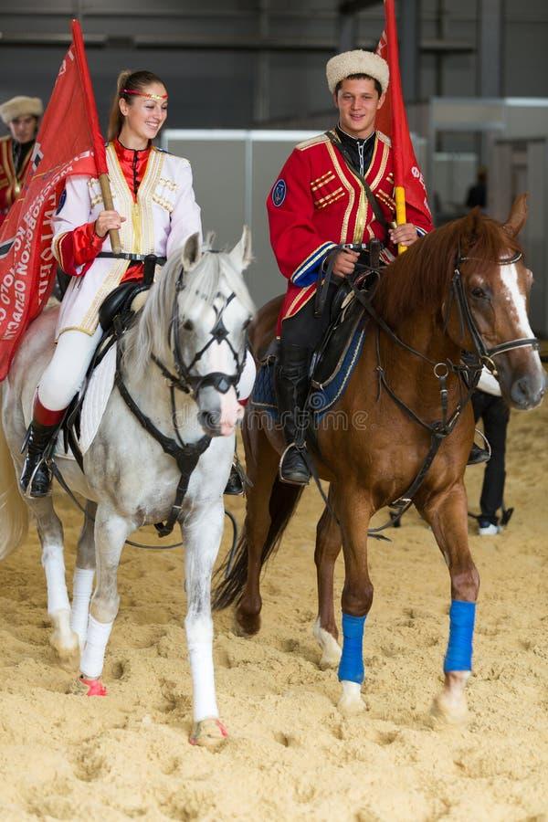 El individuo con la muchacha a caballo en la demostración imágenes de archivo libres de regalías