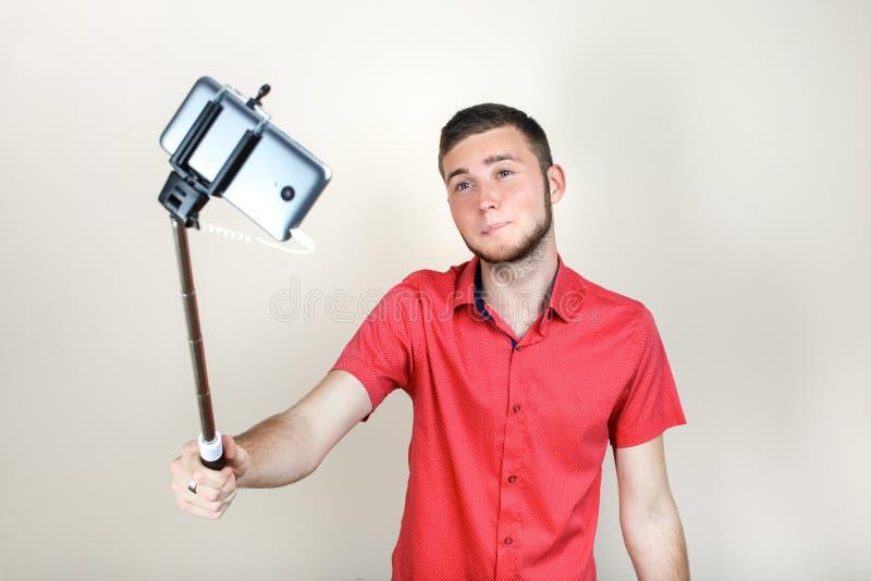 El individuo con un monopod hace selfi foto de archivo