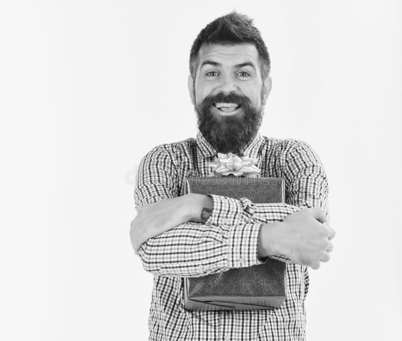 El individuo en camisa de tela escocesa abraza la actual caja Concepto de la sorpresa y del regalo de vacaciones Machista con el  fotografía de archivo