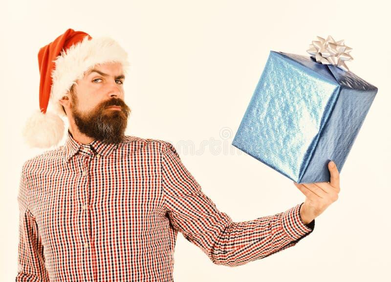 El individuo en camisa de tela escocesa y el sombrero de Santas sostiene la actual caja foto de archivo libre de regalías