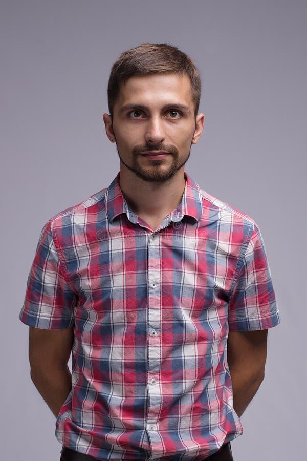 El individuo en la camisa de tela escocesa imágenes de archivo libres de regalías