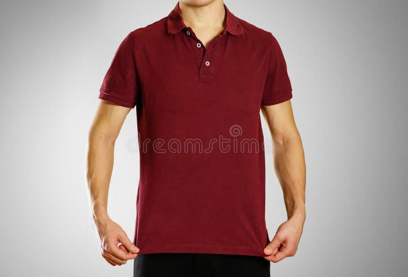 El individuo en el polo en blanco rojo oscuro de la camiseta Preparado para su lo imagen de archivo