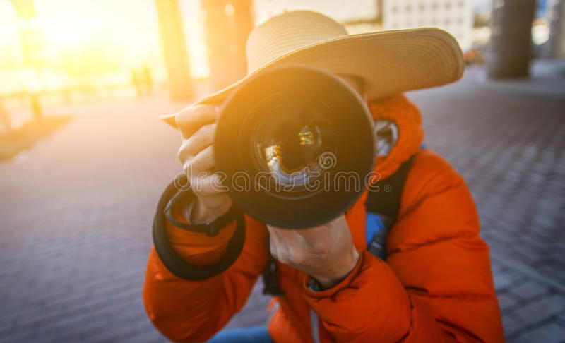 El individuo en sombrero toma imágenes imagenes de archivo