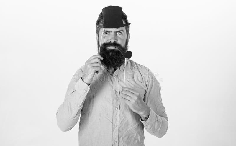El individuo fuma el tubo de tabaco Inconformista con la barba y bigote en la cara seria que presenta con los apoyos de la cabina imagen de archivo libre de regalías