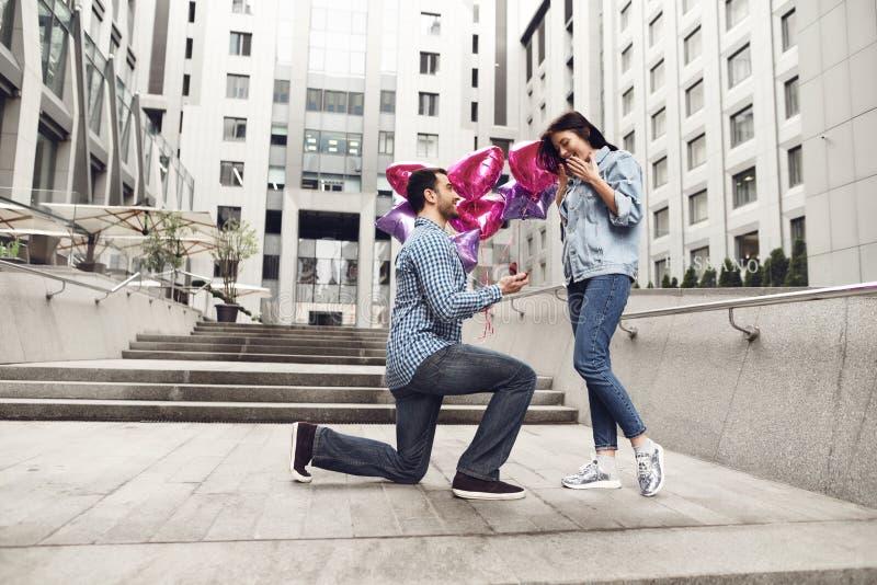 El individuo hace propuesta de matrimonio a la novia fotos de archivo libres de regalías