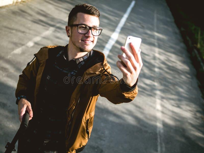 El individuo joven que hace el selfie imagen de archivo libre de regalías