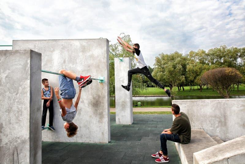 El individuo realiza un salto en el sitio para el parkour practicante fotografía de archivo libre de regalías