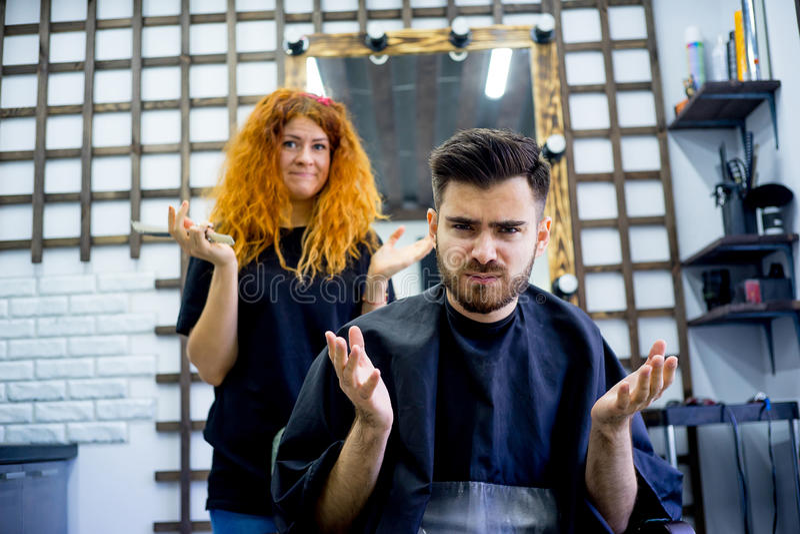 El individuo tiene aversión su nuevo corte de pelo imagenes de archivo