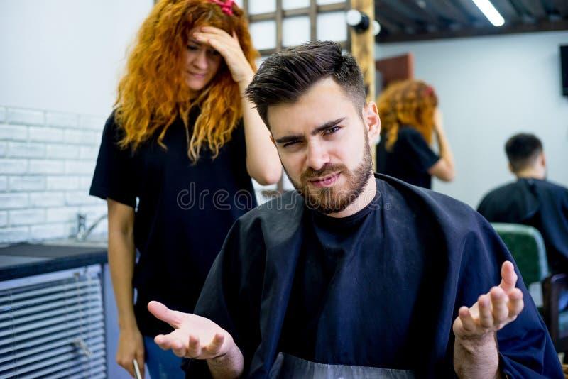 El individuo tiene aversión su nuevo corte de pelo fotos de archivo