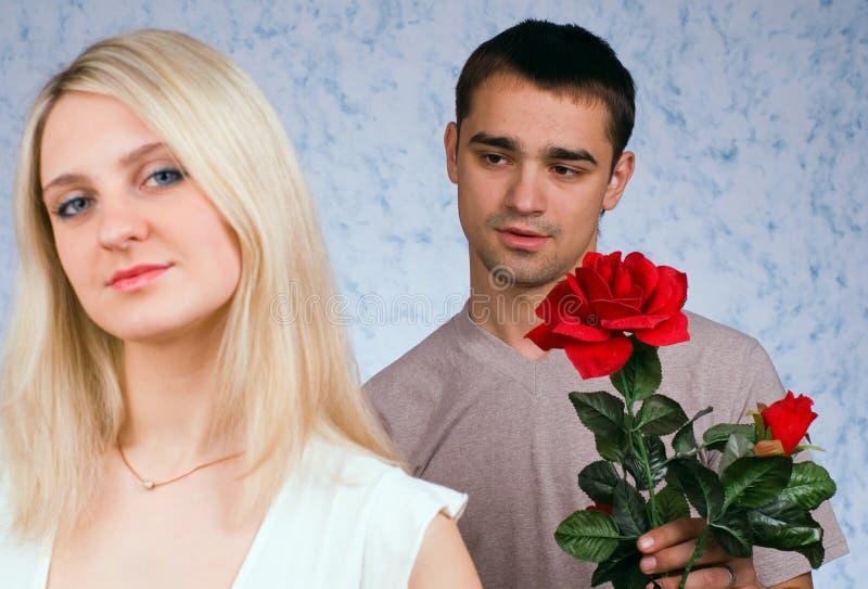 El individuo y la muchacha imagenes de archivo
